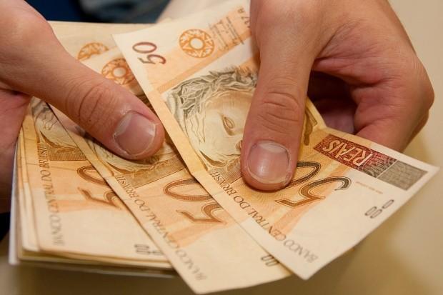 ECONOMIA - Governo propõe salário mínimo de R$ 1.002 para 2019