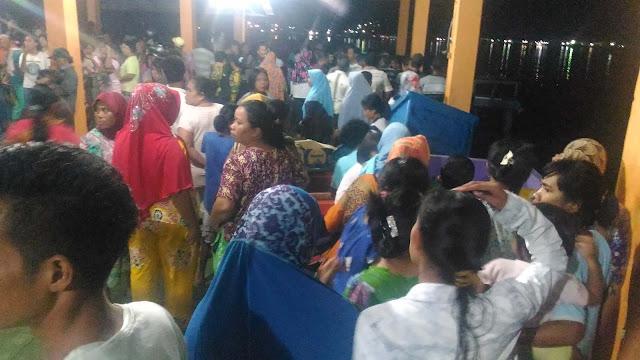Ribuan warga menanti kedatangan jenazah yang ditemukan di perairan Pulau Nias.