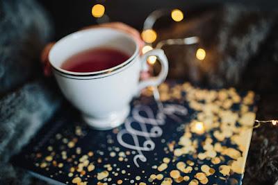 كوب قهوة وكتاب موقع فوائد