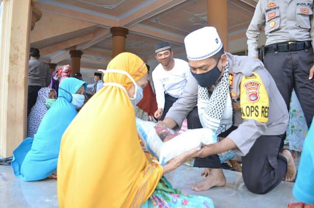 Polres Lotim Berikan Bantuan Sembako di Desa Anggaraksa
