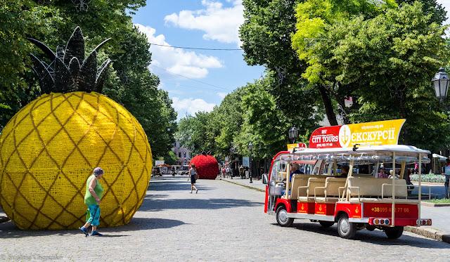 фруктово-ягідна інсталяція на Дерибасівській