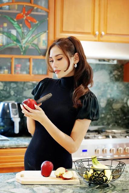 Người đẹp cũng rất ra dáng một người phụ nữ đảm đang với công việc bếp núc.