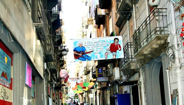 vie centrali, vie antiche Napoli, quartieri spagnoli Napoli, cuori,