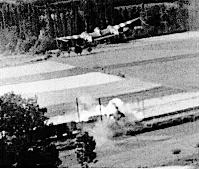 Ένα P-38 του 20ου Fighter Group πολυβολεί ένα τρένο στη Γαλλία το 1944