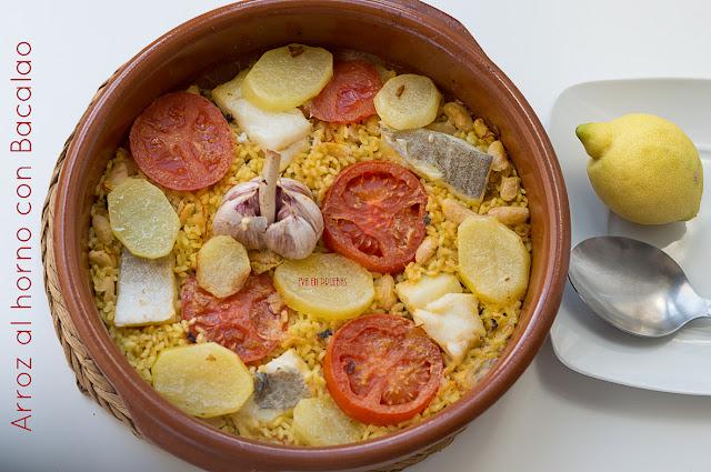 Delicioso plato de arroz con Bacalao, patatas, alubias y tomate, cocinado al horno en cazuela de barro.