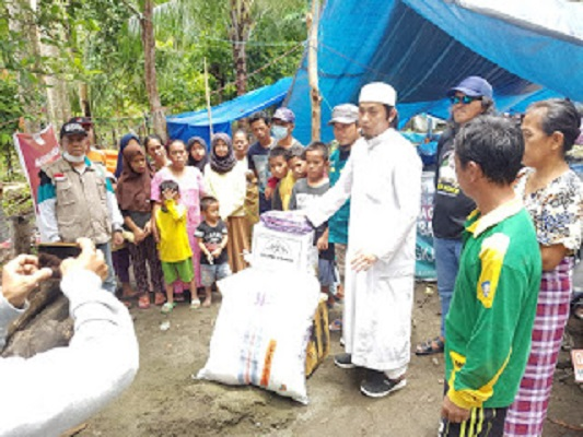 F-PI Makassar Bagikan Sembako Dan Alat Sholat Untuk Korban Bencana Di Mamuju