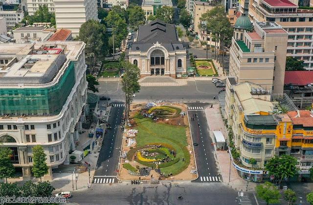 Lối lên xuống nhà ga metro nằm ngay trên phần vỉa hè đường Lê Lợi