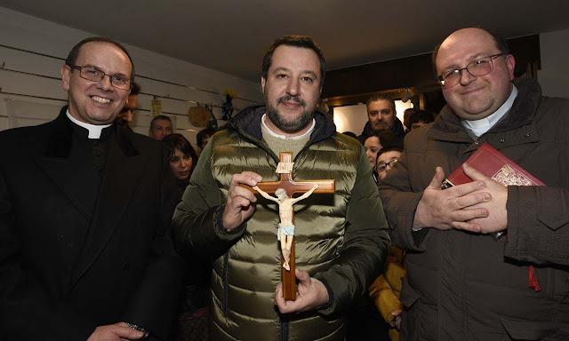 Matteo Salvini mentre inaugura con due parroci la sezione della Lega a Sedrina
