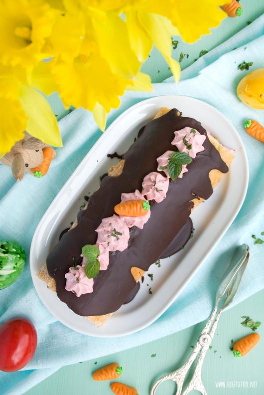 Schokoladen-Biskuitrolle mit Erdbeeren und Minze an Ostern