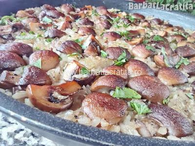 orez cu ciuperci scos de la cuptor (in tava)