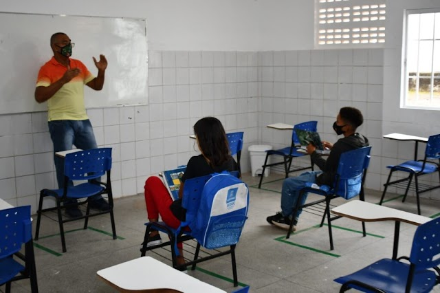 Estudantes retornam às aulas na rede municipal de Alagoinhas de forma semipresencial