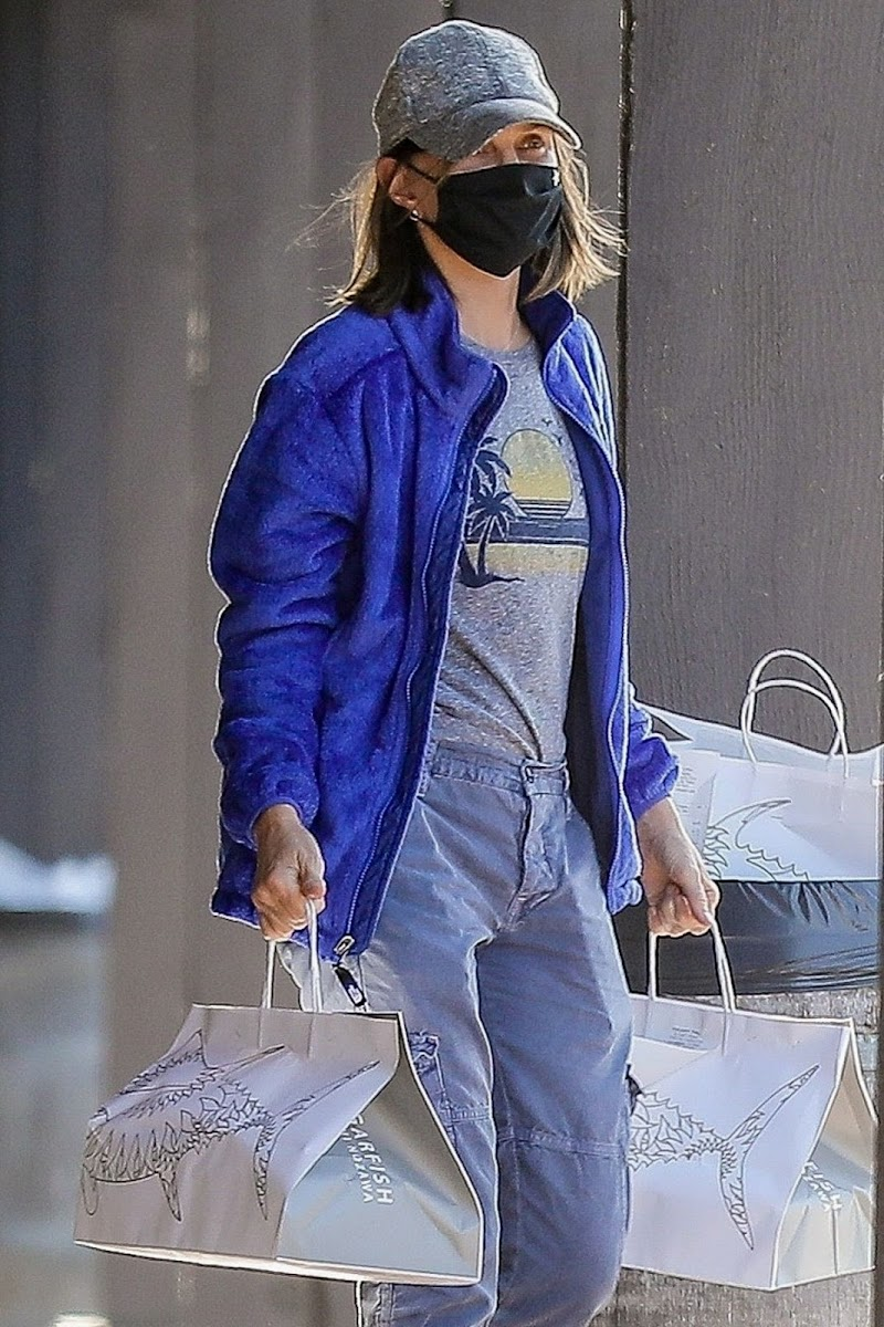 Calista Flockhart Picking Up Dinner at Sugarfish in Brentwood 24 May -2020