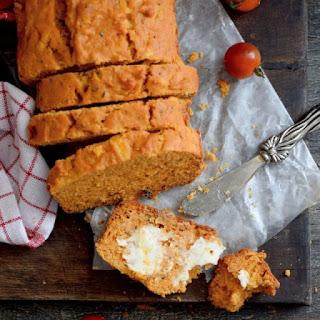 Receta para preparar pan rápido de tomate y albahaca