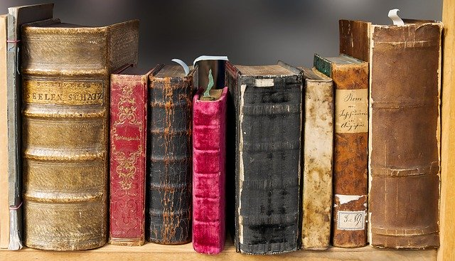 Present continuous tense dengan pengandaian membaca buku saat ini