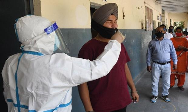 La India cruza la barrera de los 7 millones de casos de coronavirus