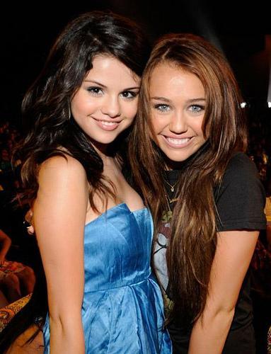Foto de Selena Gómez abrazando a Miley Cyrus