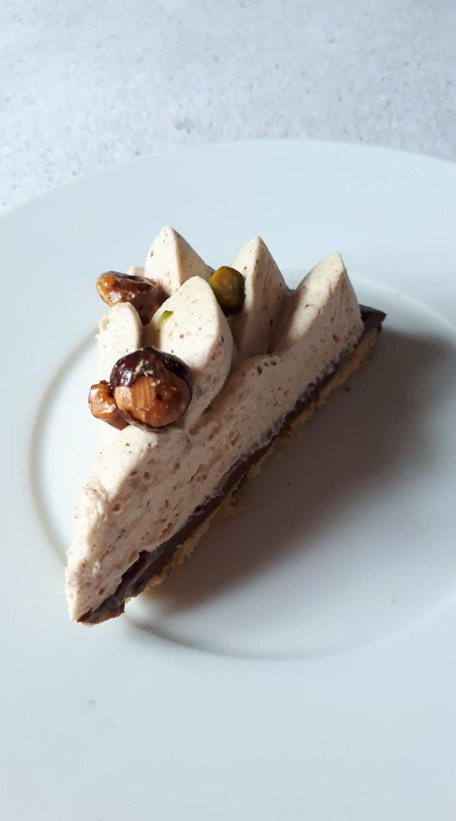 Une part de tarte praline chocolat conticcini