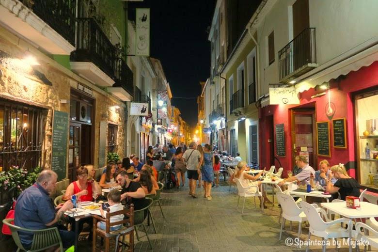 Calle Loreto Dénia スペインのリゾート地デニアでテラスで食事をする人たち