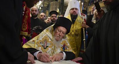 Вселенский патриарх Варфоломей подписал томос об автокефалии ПЦУ