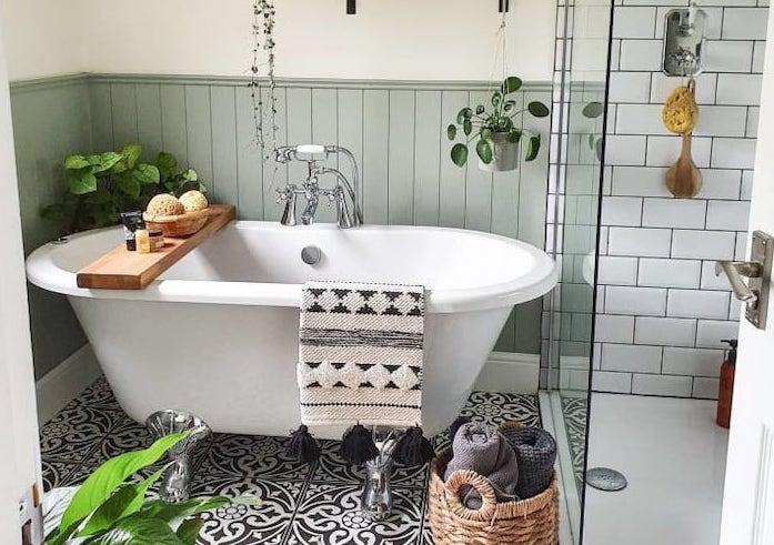Antes y después de un baño pequeño con bañera y ducha.