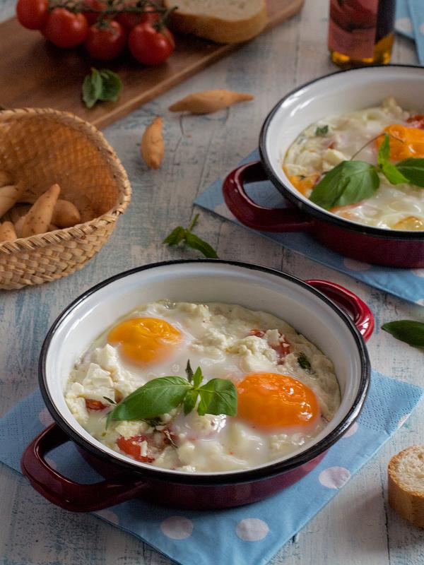 cazuelitas-de-huevos-con-tomatitos-esparragos-y-queso-feta