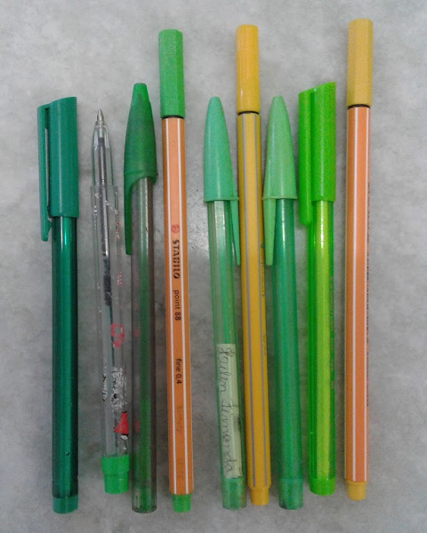Canetas amarelas e verde claras