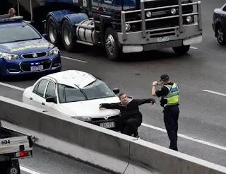 Policía haciendo foto a persona con su coche accidentado