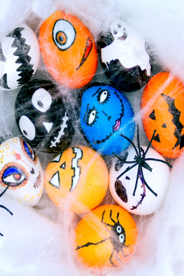 Why should Easter have all the fun? Decorate and dye Halloween eggs with the kids this Fall for an activity that is sure to please! #halloweeneggs #halloweenegghunt #halloweeneggsdecoration #halloweencrafts #halloweencraftsforkids #halloweenactivities #halloweeneastereggs #growingajeweledrose #activitiesforkids #kids