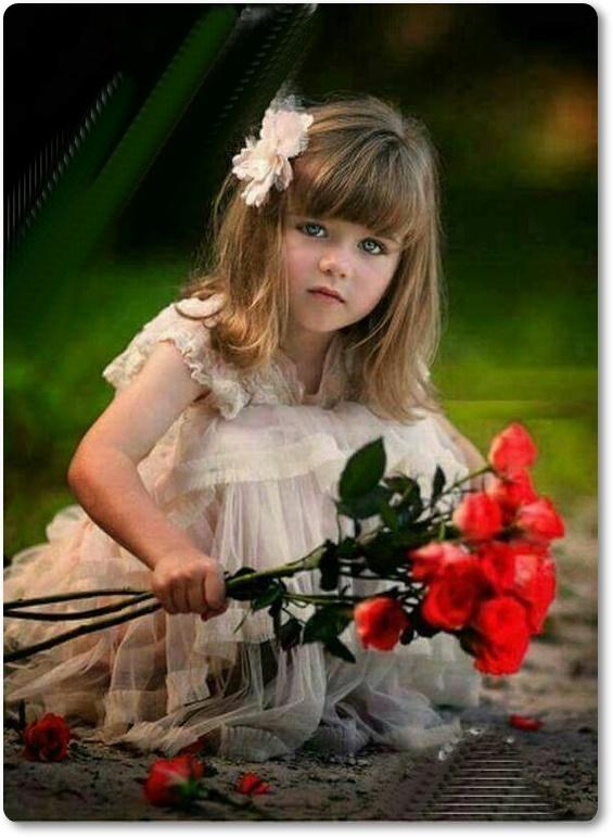 Linda menina com roupas finas, colhendo rosas vermelhas que foram jogadas ao chão.