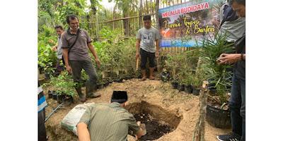 Sejumlah mantan narapidana kasus terorisme atau eks napiter di Banten diberikan pelatihan penanaman bibit pohon kurma di Waras Farm yang beralamat di Kampung Perigi Bulakan, Kelurahan Cikerai, Kecamatan Cibeber, Kota Cilegon, Banten, Selasa, 28 April 2021.