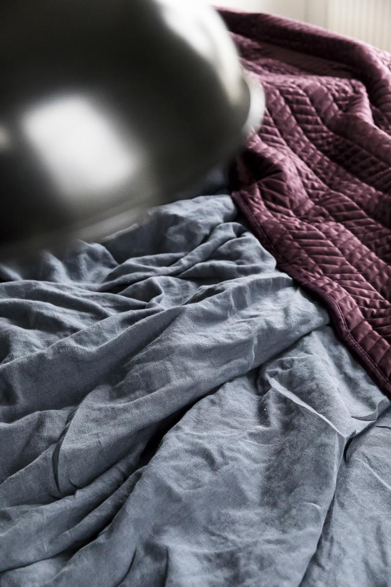 Airam, Wirkkala, makuuhuone, sisustus, sisustaminen, pellava, pellavalakanat, tunnelmallinen, bedroom, interior, inredning, linen, bedding velvet, Svanefors, sametti, päiväpeitto, Visualaddict, valokuvaaja, Frida Steiner