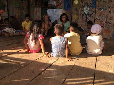 Niños y niñas en la escuelita de Iquitos
