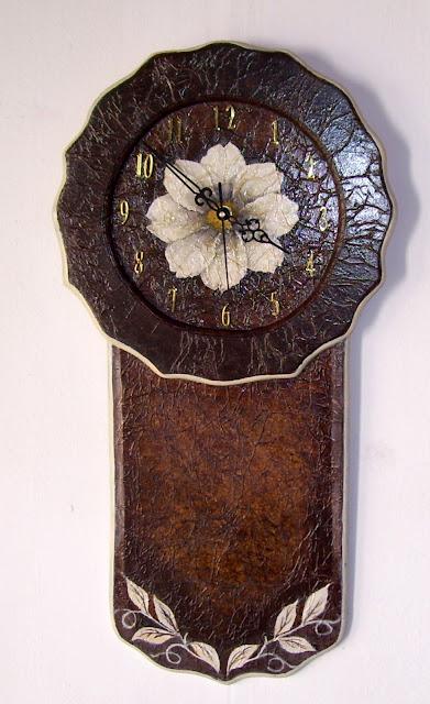 Reloj con flor al óleo sobre fondo imitación cuero