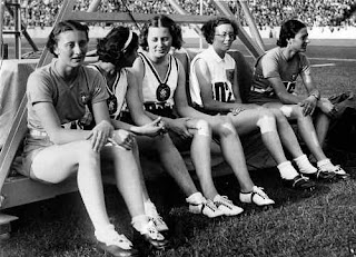 Ondina Valla (left) waits with four other athletes  for the final of the 80m hurdles in Berlin