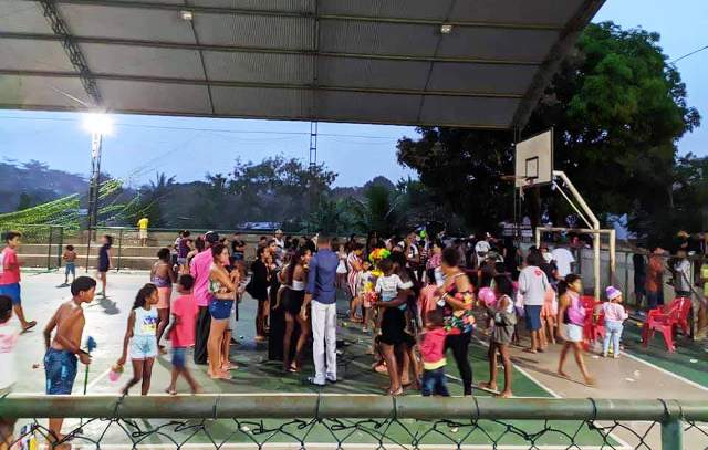 Grupo de amigos  realizam festa para as crianças do Vila Jardim