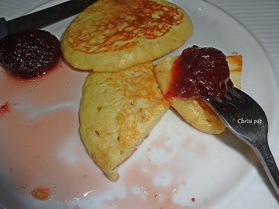 πιατο με μαχαιρι και πηρούνι  που έχει καρφωμένη φράουλα γλυκό και είναι κομένο