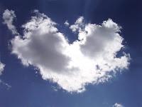 Gökyüzünde kalp şeklinde bulut