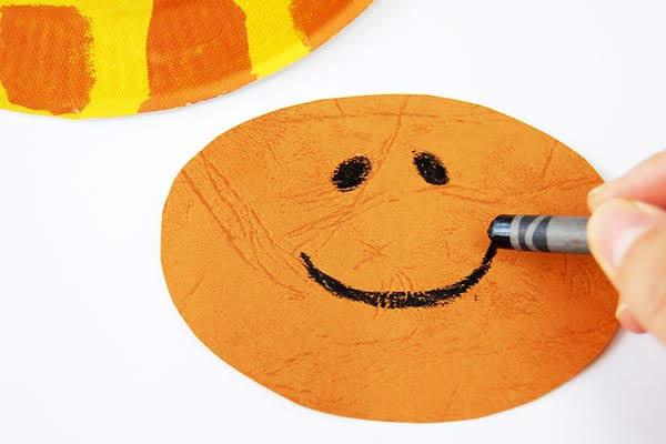 menggambar hidung dan mulut langsung di atas piring kertas