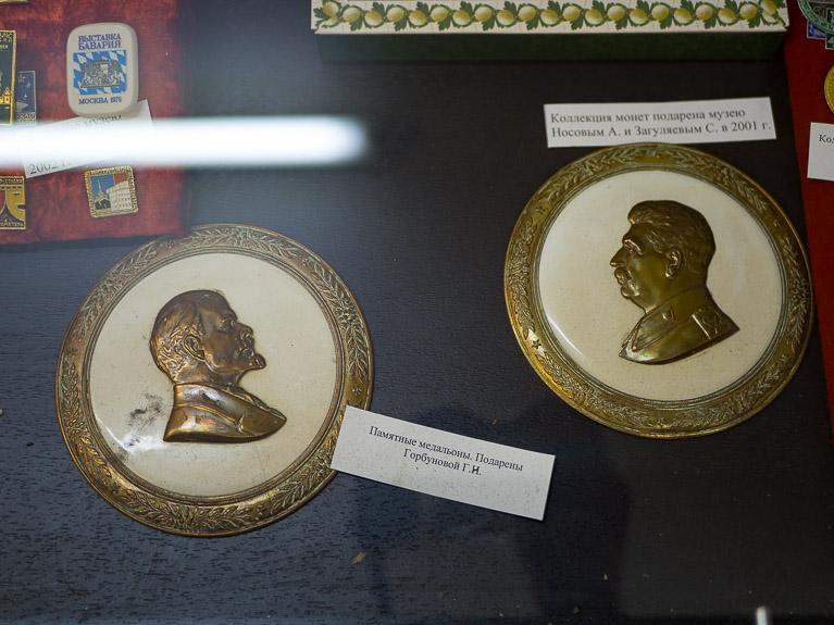 Медальоны с изображением Ленина и Сталина