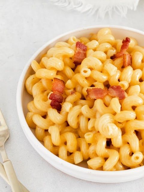 Instant Pot Bacon Macaroni and Cheese close up with bacon sprinkled on top