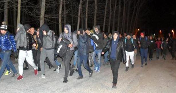 Πέρασαν 300 πρόσφυγες με τα πόδια τα ελληνικά σύνορα στον Έβρο!!