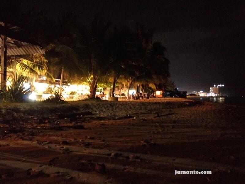 foto pantai kemala balikpapan di malam hari