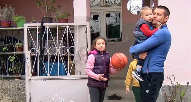 У Гојбуљи, општина Вучитрн, нападнут је Лазар Ђорђевић, Србин који је обрађивао њиву а са којим су ту била његова деца и жена. Напала су га четворица Шиптара наоружани моткама. #Гојбуља #Напад #Косово #Метохија #КМновине #Вести #Kosovo #Metohija #KMnovine #vesti