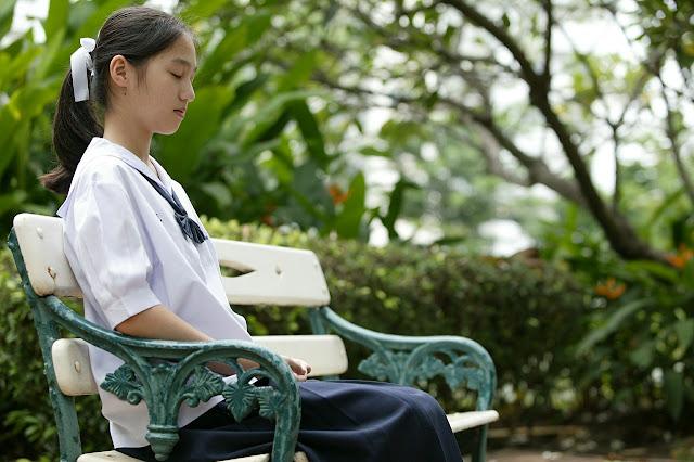 femme asiatique calme parc cohérence cardiaque