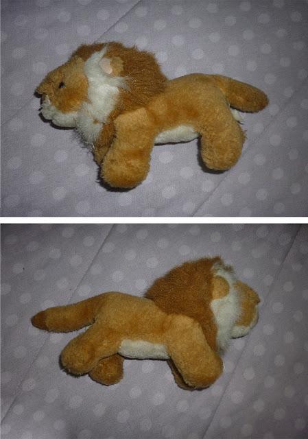 pequeno leão de pelúcia