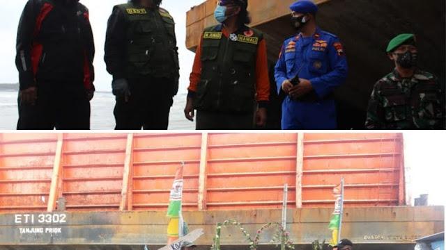 Akibat Cuaca Buruk, 4  Kapal Tongkang Terdampar di Pantai Kota Tegal