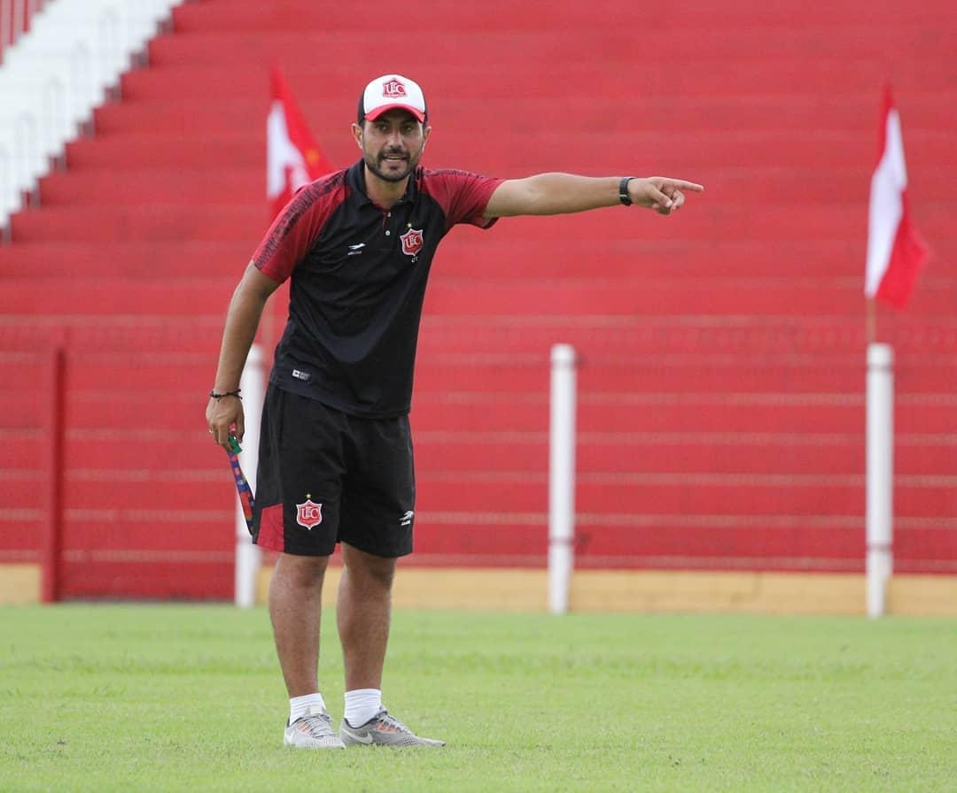 Técnico de futebol comanda treinamento