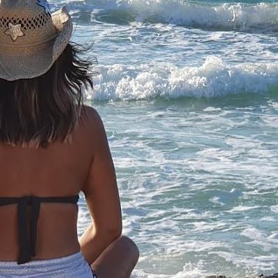 نجلاء بدر تنشر صورة لها بالمايوه على البحر في إجازة الصيف