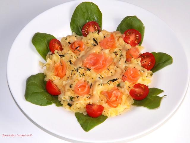 Sałatka makaronowa z łososiem, szpinakiem i koperkiem.
