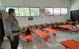 Berikan Rasa Aman Kepada Warga yang Mengungsi, Personil Polsek Pahandut Amankan Pos Banjir di SDN 1 Langkai